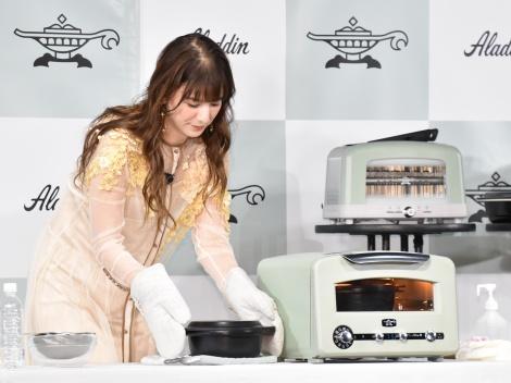 トースターで炊飯体験をするスザンヌ=家電メーカー『アラジン』新商品発表会 (C)ORICON NewS inc.