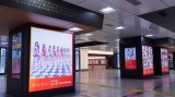 JR東京駅 中央通路ではNiziUの新曲ジャケット展示会さながらの広告展開