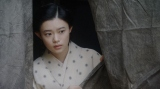 福富の焼け跡にて。客の様子を見る千代(杉咲花)=連続テレビ小説『おちょやん』第18週・第90回より (C)NHK