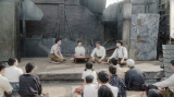 左から、須賀廼家徳利(大塚宣幸)、千代(杉咲花)、須賀廼家天晴(渋谷天笑)、天海一平(成田凌)。 福富の焼け跡にて。芝居をする一同=連続テレビ小説『おちょやん』第18週・第90回より (C)NHK