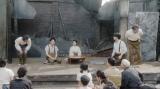 左から、須賀廼家千之助(星田英利)、須賀廼家徳利(大塚宣幸)、千代(杉咲花)、須賀廼家天晴(渋谷天笑)、天海一平(成田凌)。 福富の焼け跡にて。芝居をする一同=連続テレビ小説『おちょやん』第18週・第90回より (C)NHK