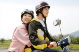映画『ブルーヘブンを君に』(6月11日公開)孫の蒼汰(小林豊)が運転するバイクに乗る冬子(由紀さおり)(C)2020「ブルーヘブンを君に」製作委員会