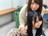 小坂菜緒(上)と上村ひなの仲良し2ショット(撮影/宮田愛萌)=『日向撮VOL.01』より
