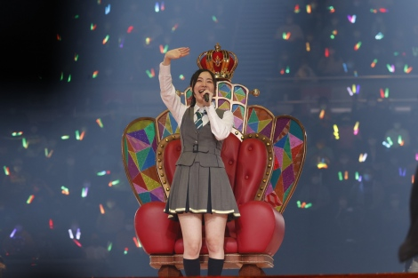 総選挙で悲願の1位を獲得したときの女王シートに座って登場(C)2021 Zest,Inc. / AEI