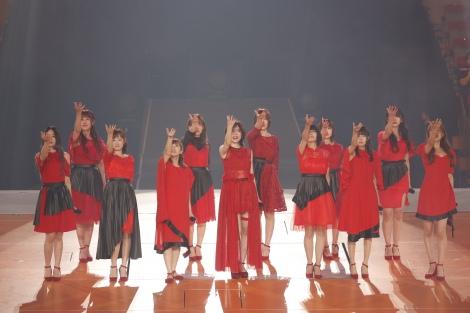 1期生12人で歌った「強き者よ」=(前列左から)高田志織 、矢神久美、佐藤実絵子、松井珠理奈、中西優香、高井つき奈、桑原みずき (後列左から)平田璃香子、小野晴香、出口陽、松下唯、山下もえ(C)2021 Zest,Inc. / AEI