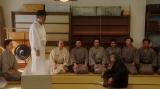 稽古場で万太郎(板尾創路)と話しをする千之助(星田英利)=連続テレビ小説『おちょやん』第19週・第92回より (C)NHK
