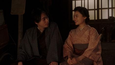 話しをする千代(杉咲花)と一平(成田凌)=連続テレビ小説『おちょやん』第19週・第92回より (C)NHK