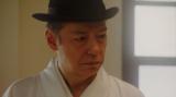 千之助の話を聞く須賀廼家万太郎(板尾創路)=連続テレビ小説『おちょやん』第19週・第92回より (C)NHK
