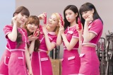 撮影の合間にはじゃれ合うなど仲睦まじいNiziU(左から)MAYUKA、MIIHI、MAKO、RIMA、NINA