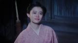 月を見る千代(杉咲花)=連続テレビ小説『おちょやん』第19週・第94回より (C)NHK