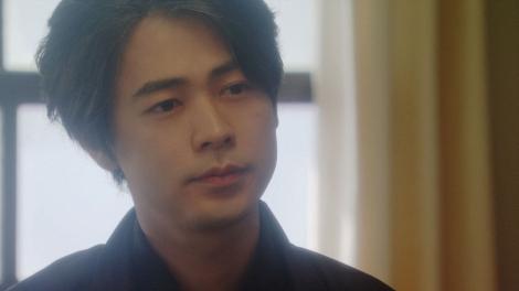 劇団員と話しをする天海一平(成田凌)=連続テレビ小説『おちょやん』第19週・第94回より (C)NHK