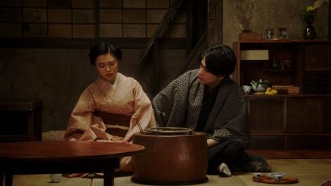 一平(成田凌)と話しをする千代(杉咲花)=連続テレビ小説『おちょやん』第19週・第95回より (C)NHK