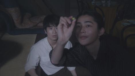 ねぇやんからもらったお守りのビー玉を月にかざすヨシヲ(倉悠貴)=連続テレビ小説『おちょやん』第19週・第94回より (C)NHK