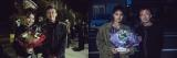 WOWOWオリジナルドラマ『演じ屋』奈緒、磯村勇斗のクランクアップ時の写真。それぞれ隣にいるのは野口照夫監督 (C)WOWOW