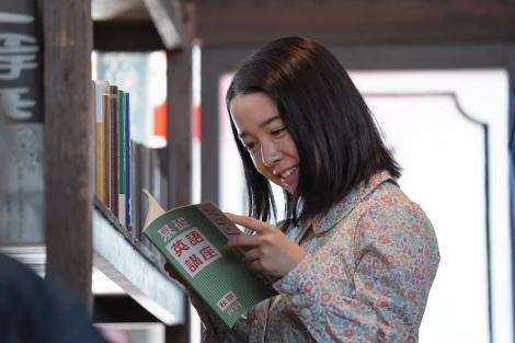戦争でさまざまな物資の規制が強まる中、書店でラジオ英語講座のテキストを見つけて安堵する安子(C)NHK