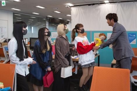 みちゅこを紹介されて大興奮のshe9メンバー=ドラマ『結婚できないにはワケがある。』ABCテレビで4月18日スタート