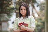 お参りをするため和菓子をもって神社に出向く安子(C)NHK