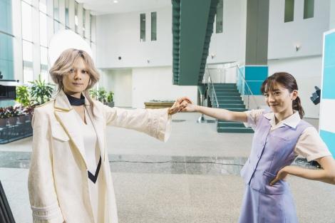 (左から)小池栄子、永野芽郁=映画『地獄の花園』メイキングカット(C)2021『地獄の花園』製作委員会