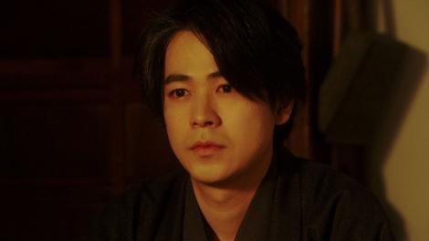 千代と話しをする天海一平(成田凌)=連続テレビ小説『おちょやん』第20週・第99回より (C)NHK