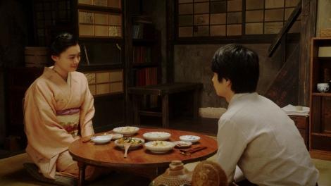 寛治(前田旺志郎)と話しをする千代(杉咲花)=連続テレビ小説『おちょやん』第20週・第99回より (C)NHK