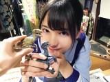 恐竜のフィギュアを持って笑顔を浮かべる小坂菜緒(撮影/齊藤京子)=『日向撮VOL.01』より