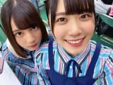 上目遣いでカメラを見つめる小坂菜緒(左)と丹生明里(撮影/潮紗理菜)=『日向撮VOL.01』より