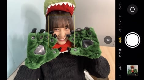 恐竜のコスプレをした小坂菜緒(撮影/金村美玖)=『日向撮VOL.01』公式ツイッターより