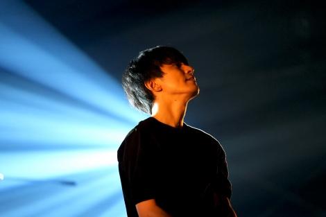 一夜限定の無観客生配信ライブ『渋谷すばる ONLINE LIVE 2021「NEED」』の模様 (C)伊藤岳
