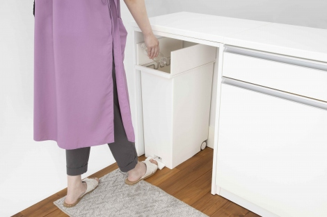 足で踏むだけで開閉するため、手が汚れる料理中も活躍。開閉音も静かな静音設計