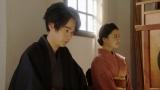 劇団員に話しをする千代(杉咲花)と一平(成田凌) (C)NHK