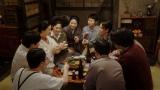 天海家で乾杯をする一同=連続テレビ小説『おちょやん』第20週・第100回より (C)NHK