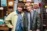 シンドラ『探偵☆星鴨』に出演する有岡大貴(Hey! Say! JUMP)、千賀健永(Kis-My-Ft2) (C)NTV・J Storm