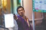 なりふり構わず拳銃をぶっ放す危険な男を熱演 (C)2021「孤狼の血 LEVEL2」製作委員会