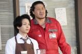 青山一(中村倫也)、ガソリンスタンドの店主・ゴンザ(一ノ瀬ワタル)(C)「珈琲いかがでしょう」製作委員会