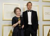 『第93回アカデミー賞』授賞式の後、ブラッド・ピットと記念撮影が叶ったユン・ヨジョン(C)Getty Images
