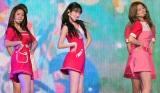 美脚&美くびれで魅了する(左から)クォン・ウンビ、宮脇咲良、キム・ミンジュ (C)ORICON NewS inc.