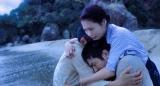 『映画 太陽の子』(8月6日公開)場面写真(4)海辺で修(柳楽優弥)と裕之(三浦春馬)を抱きしめる世津(有村架純)(C)2021 ELEVEN ARTS STUDIOS / 「太陽の子」フィルムパートナーズ