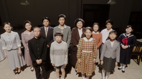 ラジオドラマに出演する12人の子どもたち=連続テレビ小説『おちょやん』第22週・第106回より (C)NHK