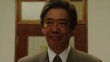 ラジオドラマ本番の様子を見る長澤誠(生瀬勝久)=連続テレビ小説『おちょやん』第22週・第107回より (C)NHK