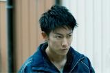 殺人事件の容疑者として追われる主人公・利根泰久(佐藤健)=映画『護られなかった者たちへ』(10月1日公開) (C)2021映画「護られなかった者たちへ」製作委員会