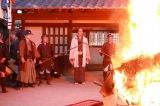 耕書堂の作品が無情にも燃やされるシーン=映画『HOKUSAI』(5月28日公開)(C)2020 HOKUSAI MOVIE