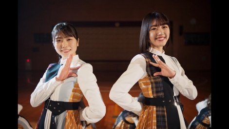 (左から)丹生明里と佐々木美玲がWセンターを務める日向坂46「声の足跡」MV公開