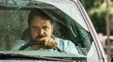 どうも訳あり人生らしいが、運転はめっちゃうまい謎の男(ラッセル・クロウ) (C)2020 SOLSTICE STUDIOS. ALL RIGHTS