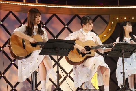 アコースティックギターで「僕だけの光」演奏した(左から)岩本蓮加、向井葉月=『乃木坂46 9th YEAR BIRTHDAY LIVE 〜3期生ライブ〜』より
