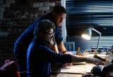 アンディ・サーキス監督とエディ役トム・ハーディ=映画『ヴェノム:レット・ゼア・ビー・カーネイジ』(2021年公開) (C)2021 CTMG. (C) & TM 2021 MARVEL. All Rights Reserved.