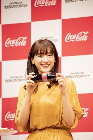 サスティナブルカラーをまとい登壇した綾瀬はるか=『日本コカ・コーラ サスティナビリティー戦略発表会』
