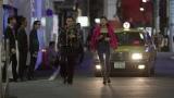 歓楽街を歩く荒井トシ(満島真之介)、サヤカ(西内まりや)『全裸監督 シーズン2』6月24日よりNetflixにて全世界独占配信