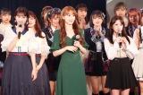 HKT48のニューシングル発売記念イベントにサプライズ登場した宮脇咲良(中央)と矢吹奈子(右)(C)Mercury