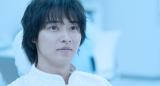 罠にはめられ冷凍睡眠させられた宗一郎(山崎賢人)は30年後に目を覚ます(C)2021 映画「夏への扉」製作委員会
