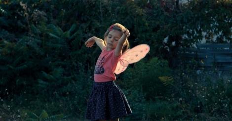 一番<自分らしくいられる>洋服を着て庭で幸せそうにダンスするサシャ=ドキュメンタリー映画『リトル・ガール』(11月19日公開)